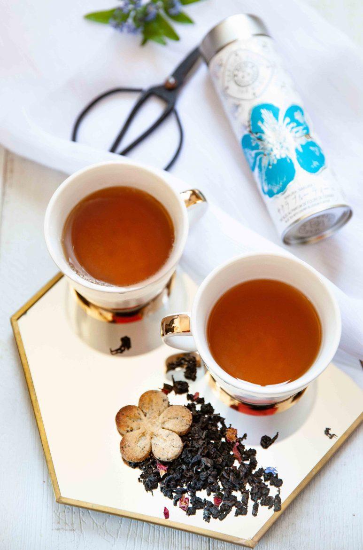 Thé sakura bleu ou thé bleu ou thé Oolong de chez Mariage Frère, accompagné d'un biscuit au thé bleu