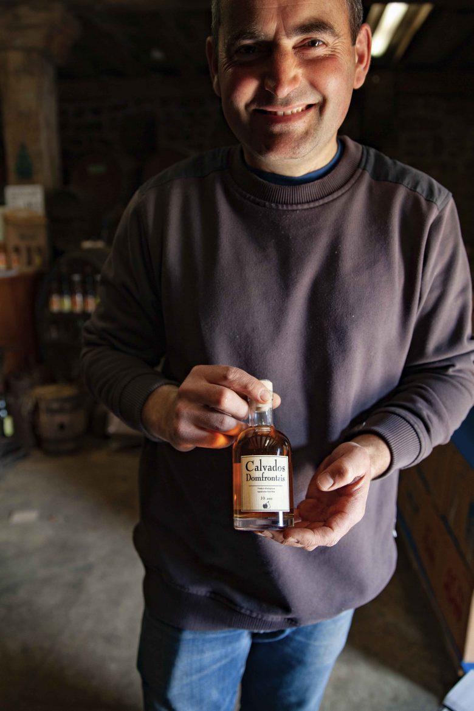 Les très jolies bouteilles de Calvados Domfrontais AOC de Stéphane Leroyer