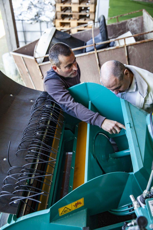 Stéphane Leroyer explique à Manuel Prieur comment marche la machine ramasseuse de  poires