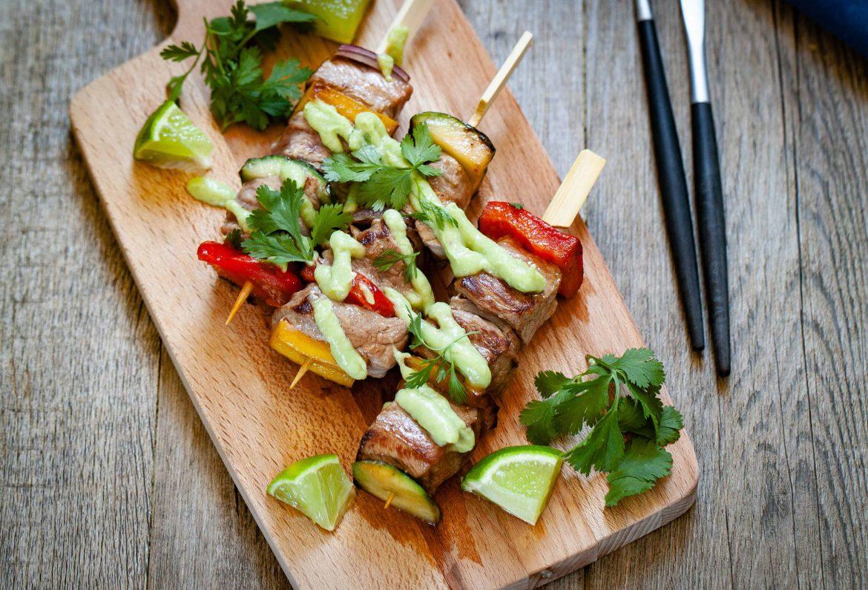 Brochettes d'agneau aux légumes et à la sauce à l'avocat comme un guacamole
