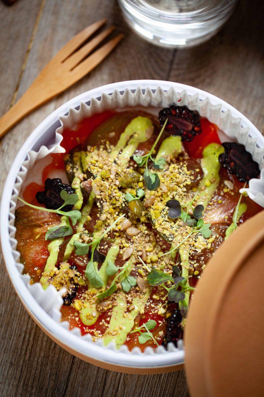 Recette végétarienne de carpaccio de tomates de France au pesto de pistaches et aux mûres