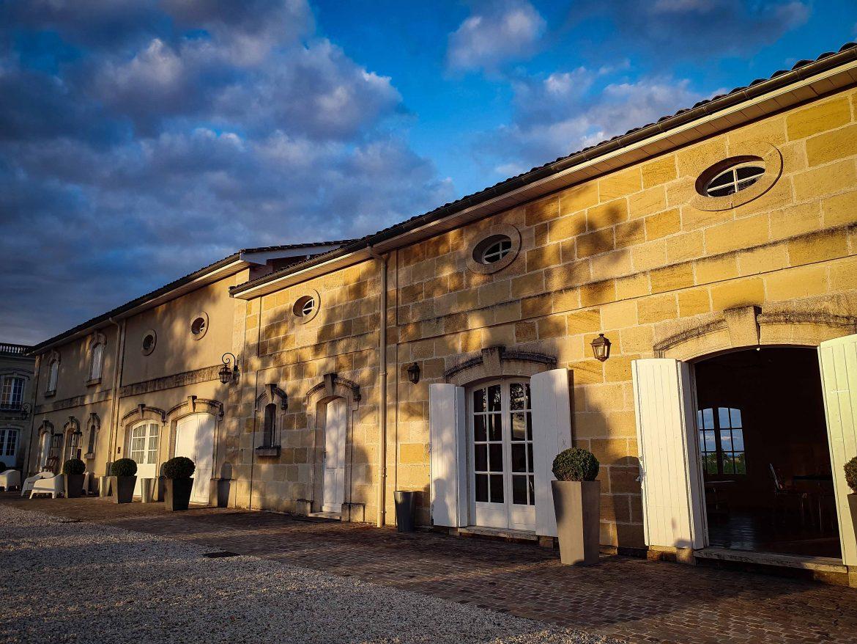 La façade classique de la salle du Parc du château Marquis de Terme