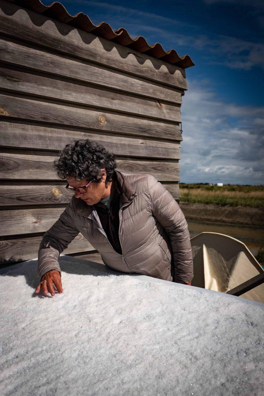 Anita Buton, fleuriste, tri à la main, les impuretés de la fleur de sel