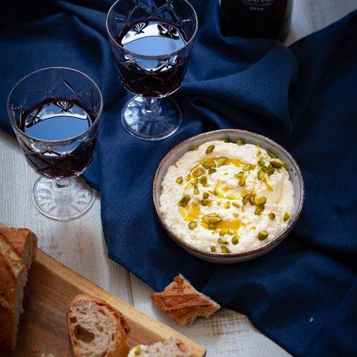 Recette traditionnelle de labneh servi avec des pistaches et de l'huile d'olive