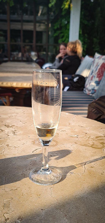 Coupe de champagne sur la terrasse du restaurant L'Île à Issy les Moulineaux