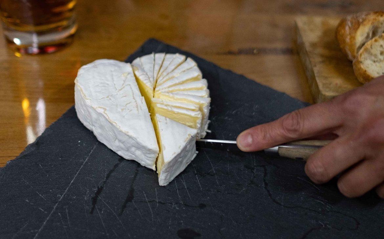 La découpe du fromage Neufchâtel