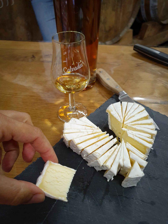 a la dégustation d'un Neufchâtel et de Calvados