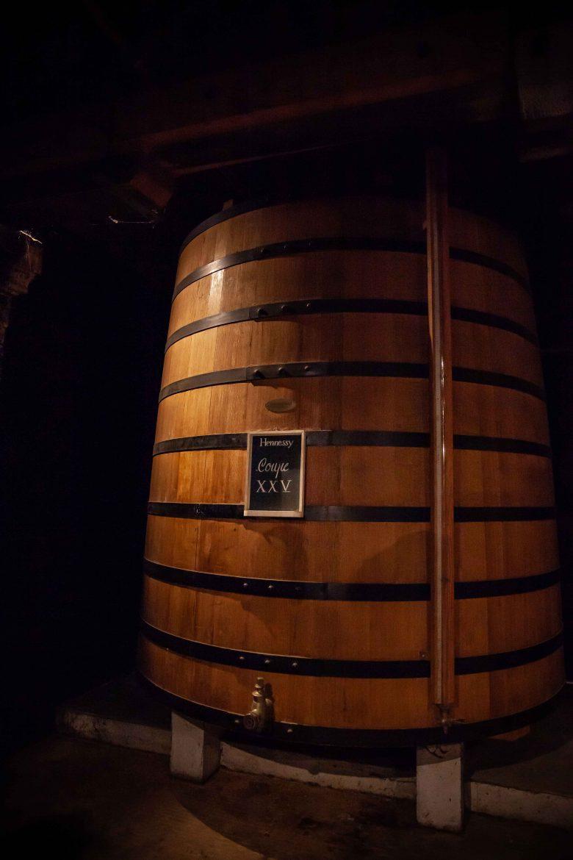 Fût contenant les coupes d'assemblage de cognac Hennessy en repos