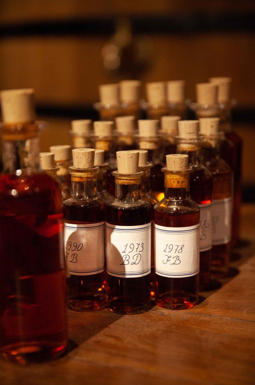 La calligraphie à la plume en pleins et déliés sur les bouteilles de coupes et de mères chez Hennessy