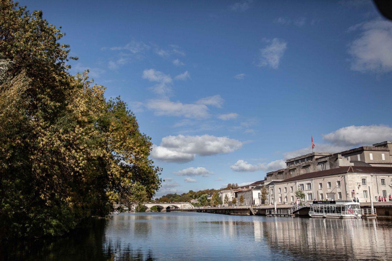 La Charente et les bâtiments de Hennessy à Cognac