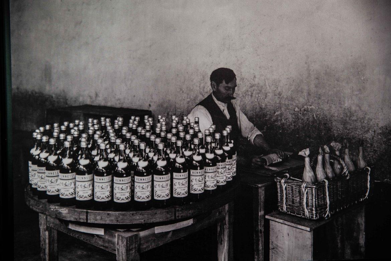 Mise en bouteille et conditionnement des bouteilles d'Hennessy début du 20 ème siècle