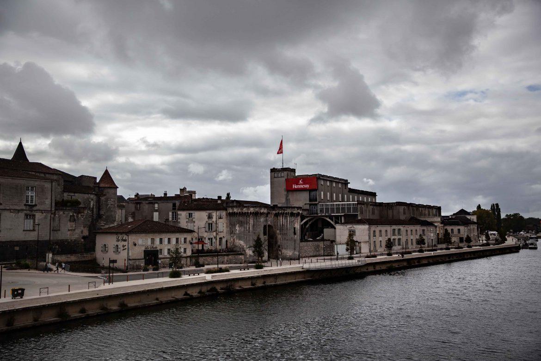 Les bâtiments du siège d'Hennessy à Cognac et la porte Saint-Jacques