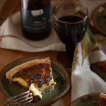 Tarte aux restes de fromage, petit morceau coupé sur assiette en grès et vin de Loire, Saint-Nicolas de Bourgueil