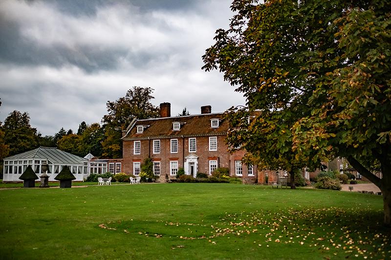 Le parc et la façade arrière avec la serre de réception au Chilston Park Hotel dans le Kent