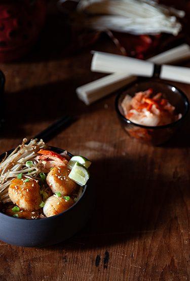 Coquilles Saint-Jacques aux pâtes japonaises et aux épices, kimchi et thé Genmaicha