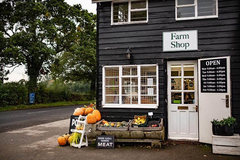 Au bord de la route, une farm shop de plusieurs fermiers