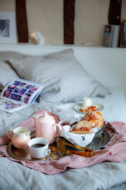 Mon petit déjeuner au lit avec ma recette de brioche au levain et un yaourt