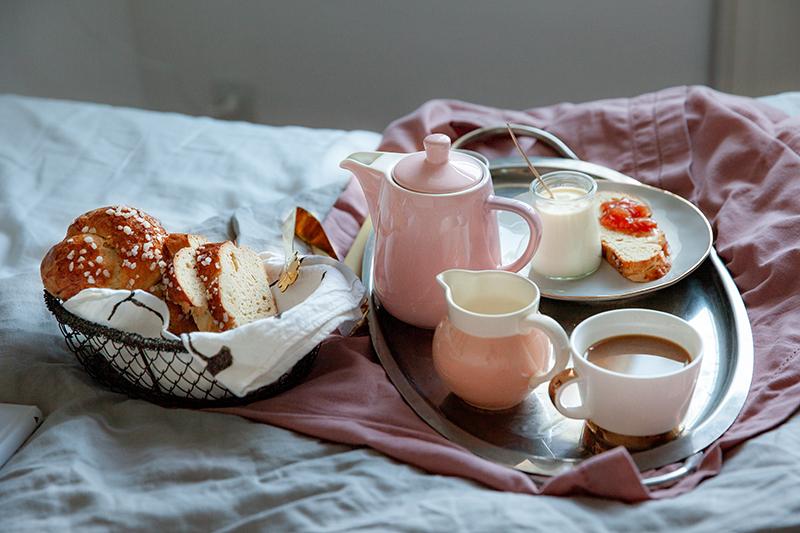 Petit déjeuner plateau au lit avec ma brioche au levain et mon yaourt maison