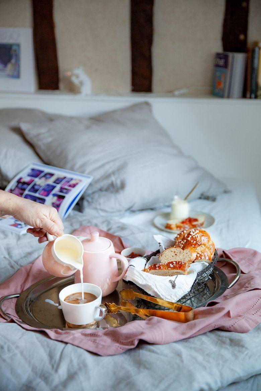 Plateau petit déjeuner dans la chambre Alice, décoration de la maison La Doublerie