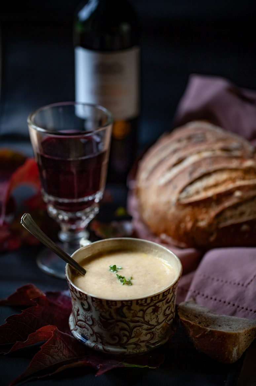 Recette de soupe au poulet crémeuse de type velouté avec un verre de vin rouge Château Troussas et un pain au levain