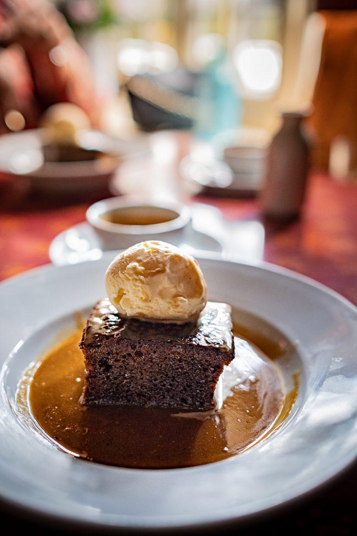 Sticky toffee pudding avec sa glace et son caramel