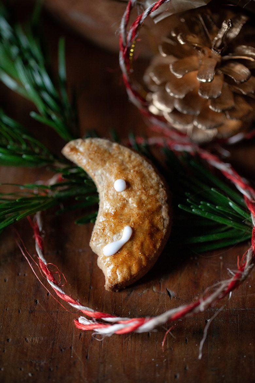 Recette de biscuit de Noël aux épices en forme de lune décoré au glaçage