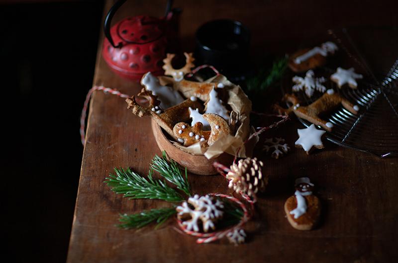 Thé de Noël avec biscuits aux épices décorés au glaçage blanc