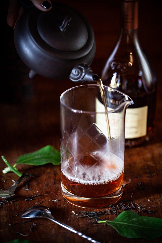Thé chaud Earl Grey pour le cocoktail Bitter Lady Grey au cognac 1738 Rémy Martin