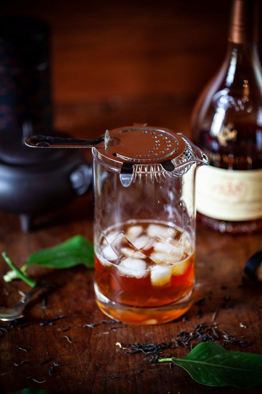 Strainer sur un verre à mélange pour ma recette de cocktail Bitter Lady Grey