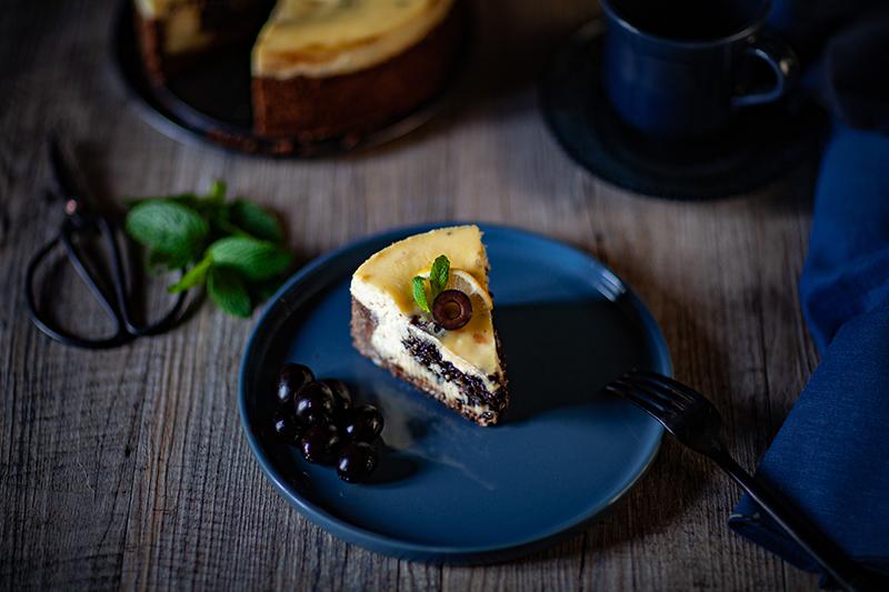 Parte de gâteau cheesecake au citron et aux olives hojiblancas. Un dessert aux olives noires étonnant. La recette