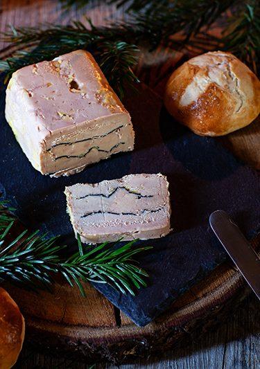 Le foie gras Montfort aux truffes et les petits pains ronds viennois