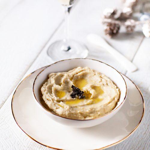 mon houmous à l'artichaut et à la truffe décoré de brunoise de brisures de truffes, la recette vegan