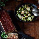La recette du pain aux lentilles laqué ou vegan meatloaf, et la sauce barbecue, accompagné de choux de Bruxelles rôtis et de pommes de terre grenaille.