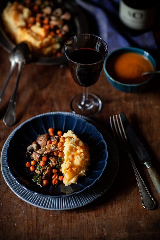 Recette végétale de polenta, chou kale et champignons sautés, pois chiche rôtis et sauce gravy vegan
