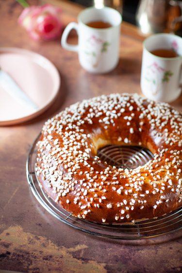 Ma recette de brioche des rois, en forme de couronne et décorée de sucre à chouquette