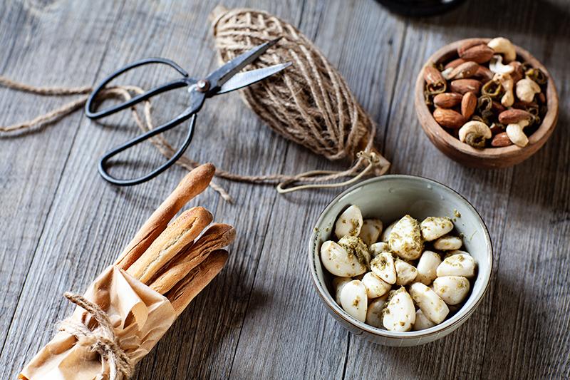Fagot de gressins selon ma recette, bol d'ail confit et graines à l'olive séchée de Seeberger