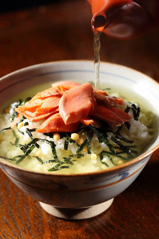 Le riz japonais cuit couvert d'un thé ou d'un bouillon, le chazuke ou ochazike est une plat de restes
