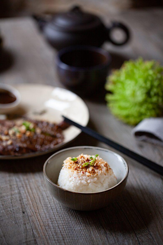 Bol de riz japonais ou de riz gluant pour le service d'un Tigre qui pleure ou boeuf grillé à la thaïlandaise