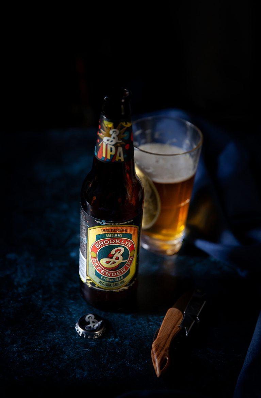 Bière Defender IPA de Brooklyn Brewry, la bouteille, et le bière dorée dans le verre