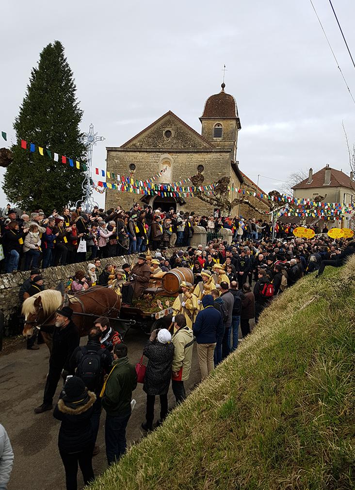 La Percée du Vin Jaune 2018 à L'Etoile, défilé du tonneau béni à la messe du dimanche