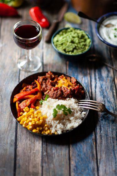 Ma recette de chili con carne avec des haricots rouges à part, du maïs au beurre et du riz nature