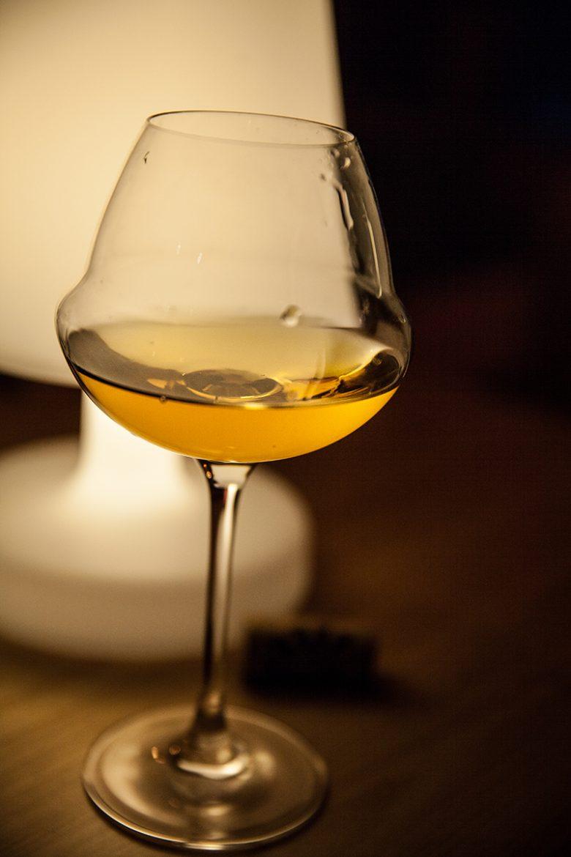 Verre de vin de paille à la lumière d'une lampe