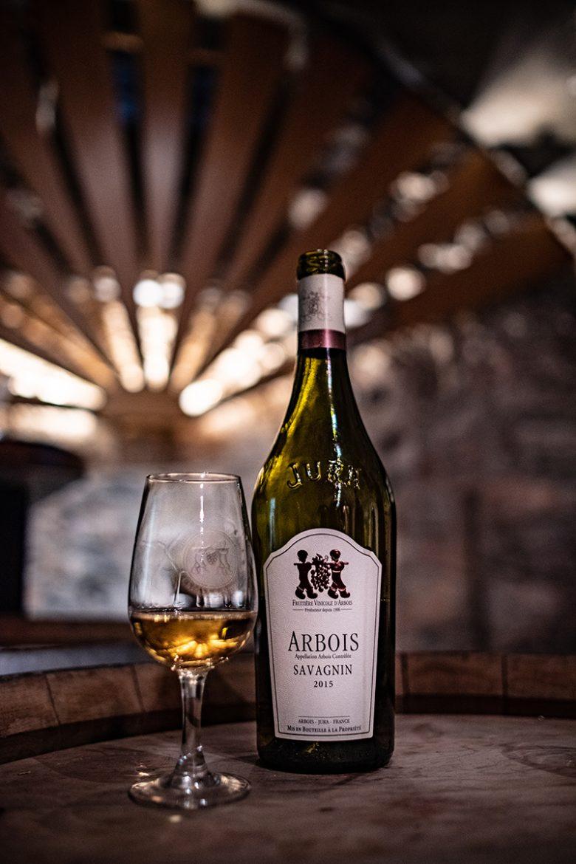 Bouteille et verre de vin du Jura, Arbois de la Fruitière Vinicole d'Arbois