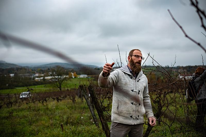 Eric Thill sur son domaine, au milieu des vignes
