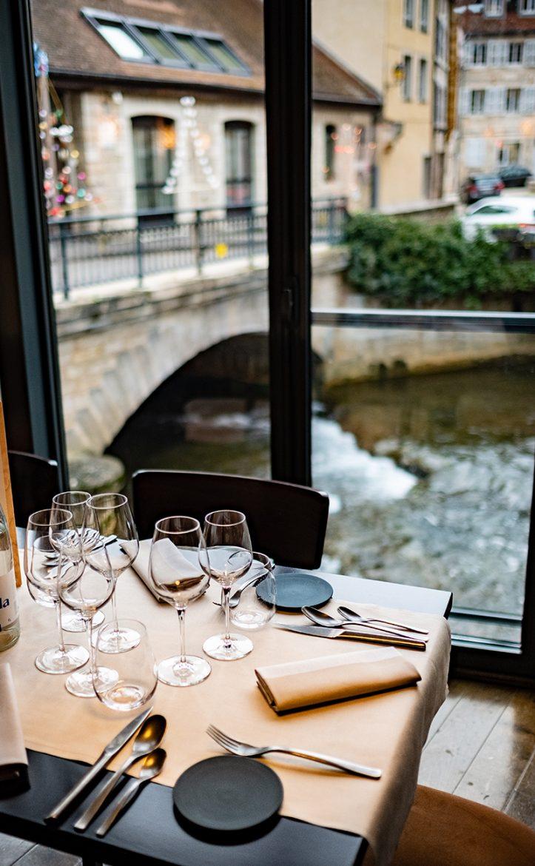 Le restaurant Le Bistronome à Arbois, vue sur la Cuisance