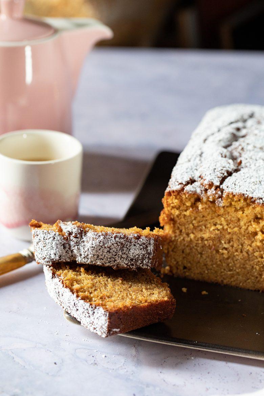 Cake au yaourt ultra moelleux décoré de sucre glace, la recette facile et toutes les astuces pour réussir