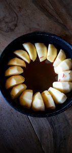 Gâteau pommes caramel coco caramel brun ranger les pommes dans le moule à manquer sur le caramel