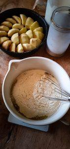 Gâteau pommes caramel coco caramel brun verser tous les ingrédients de la pâte dans un cul de poule