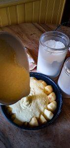 Gâteau pommes caramel coco caramel brun verser la pâte sur les pommes