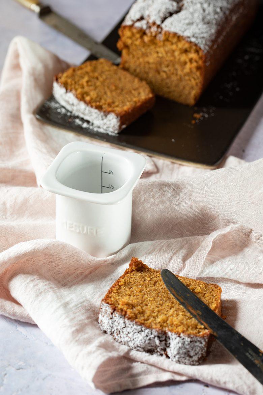 recette de cake au yaourt, le pot de yaourt en porcelaine qui sert de mesure et équivaut à un yaourt de 125 g